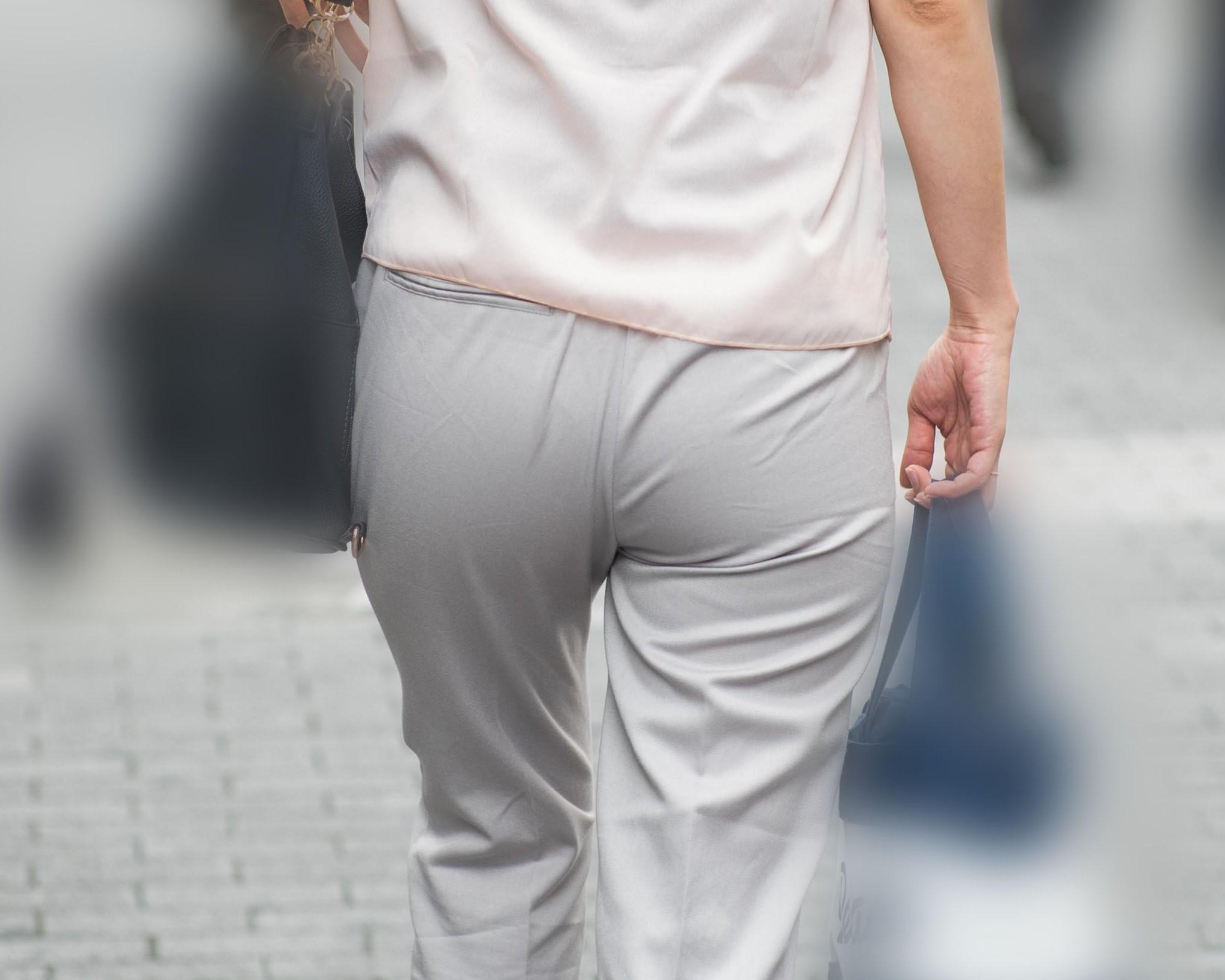 【街撮り】ツルンとまぁるいお尻のパンツスタイルのOLさん