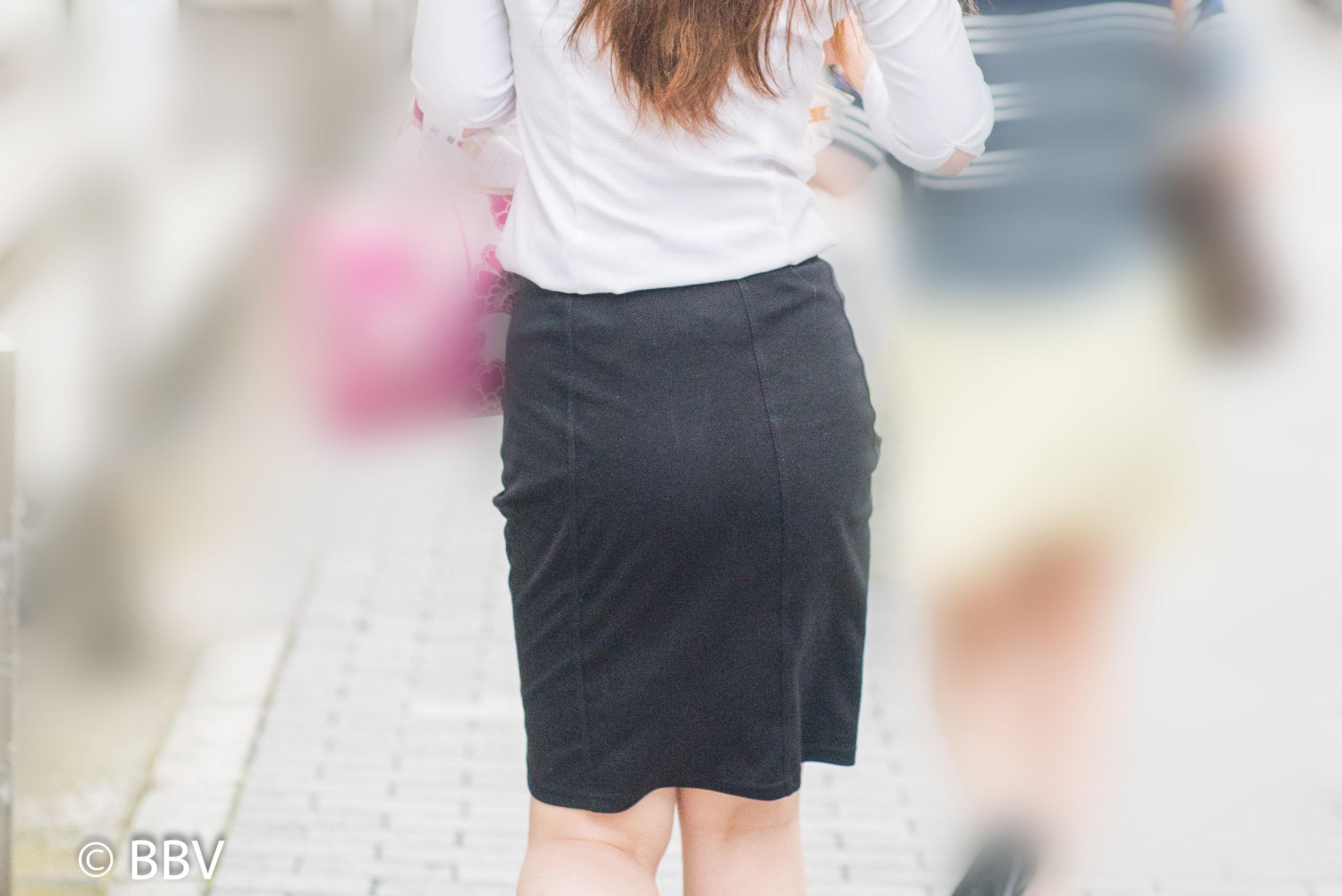 お尻を左右に揺らして歩く黒いタイトスカートのOLさん