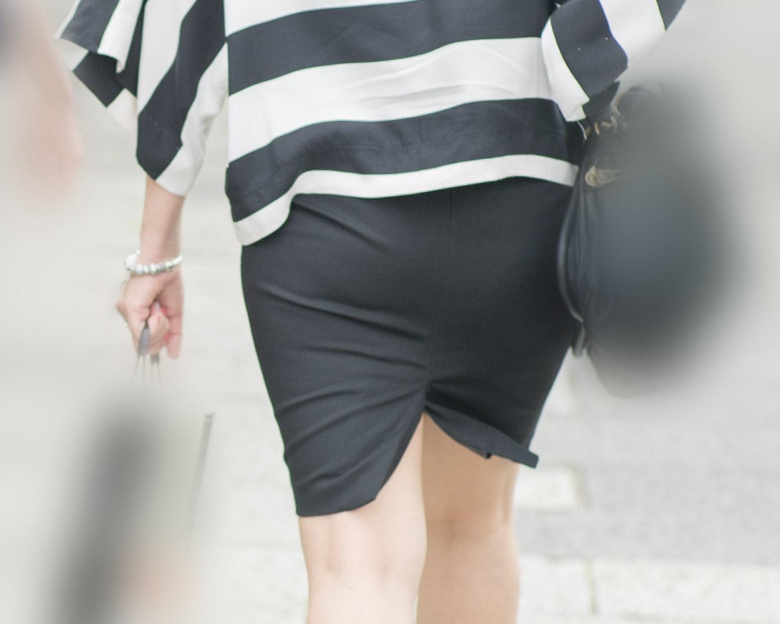 【街撮り】自慢のプリケツを黒のタイスカに包んで歩くお姉さん