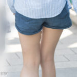 色艶・ハリ申し分ない太ももを自慢気にさらして歩くホットパンツのお嬢さん
