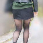 見事な曲線美!美脚をさらに美しく魅せる黒ストマイクロミニのお嬢さん!