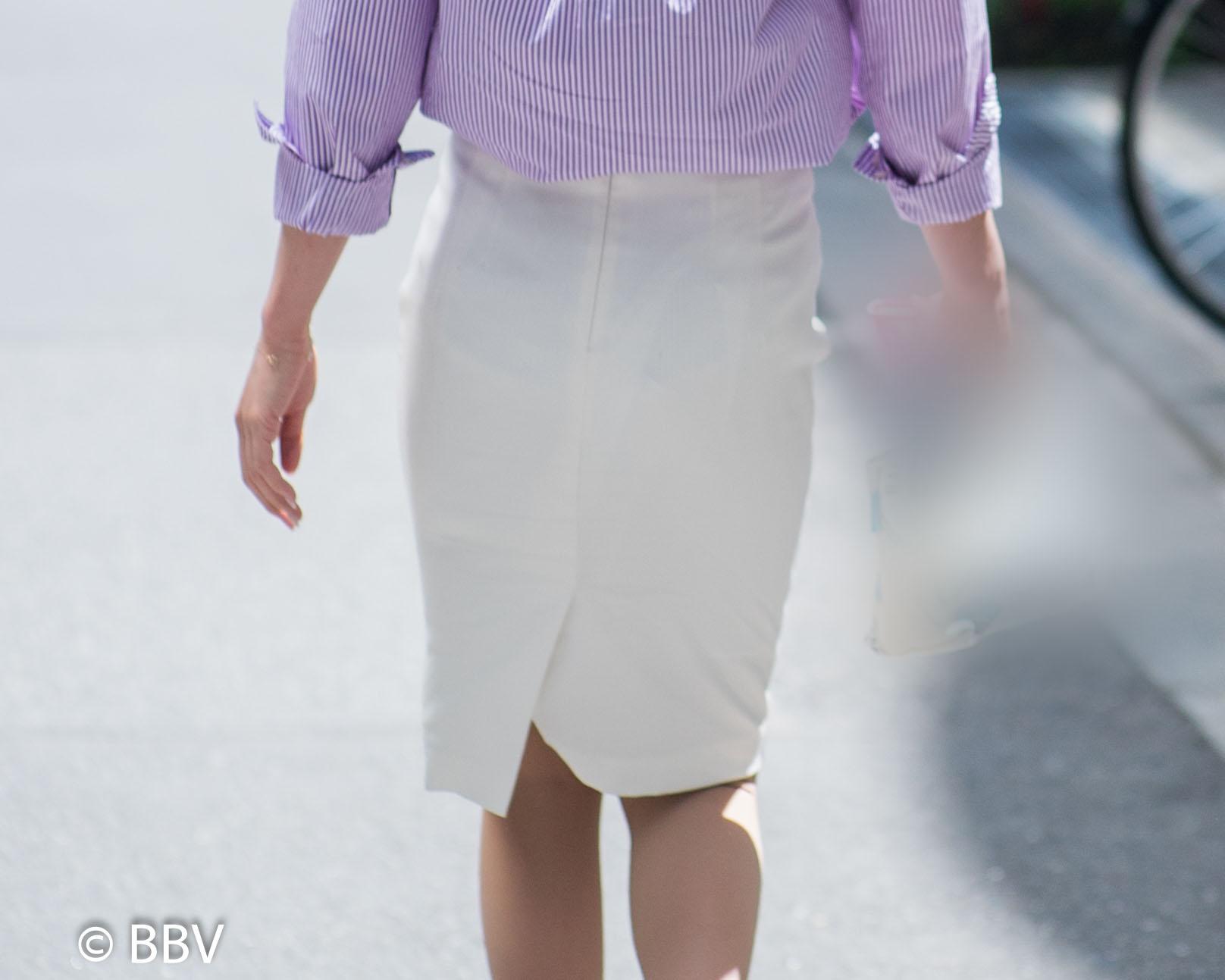 OLさんの白いタイトスカートの中身が気になってしょうがない!