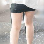 ムッチムチ!の脚にタイトなマイクロミニが激エロなお嬢さん!