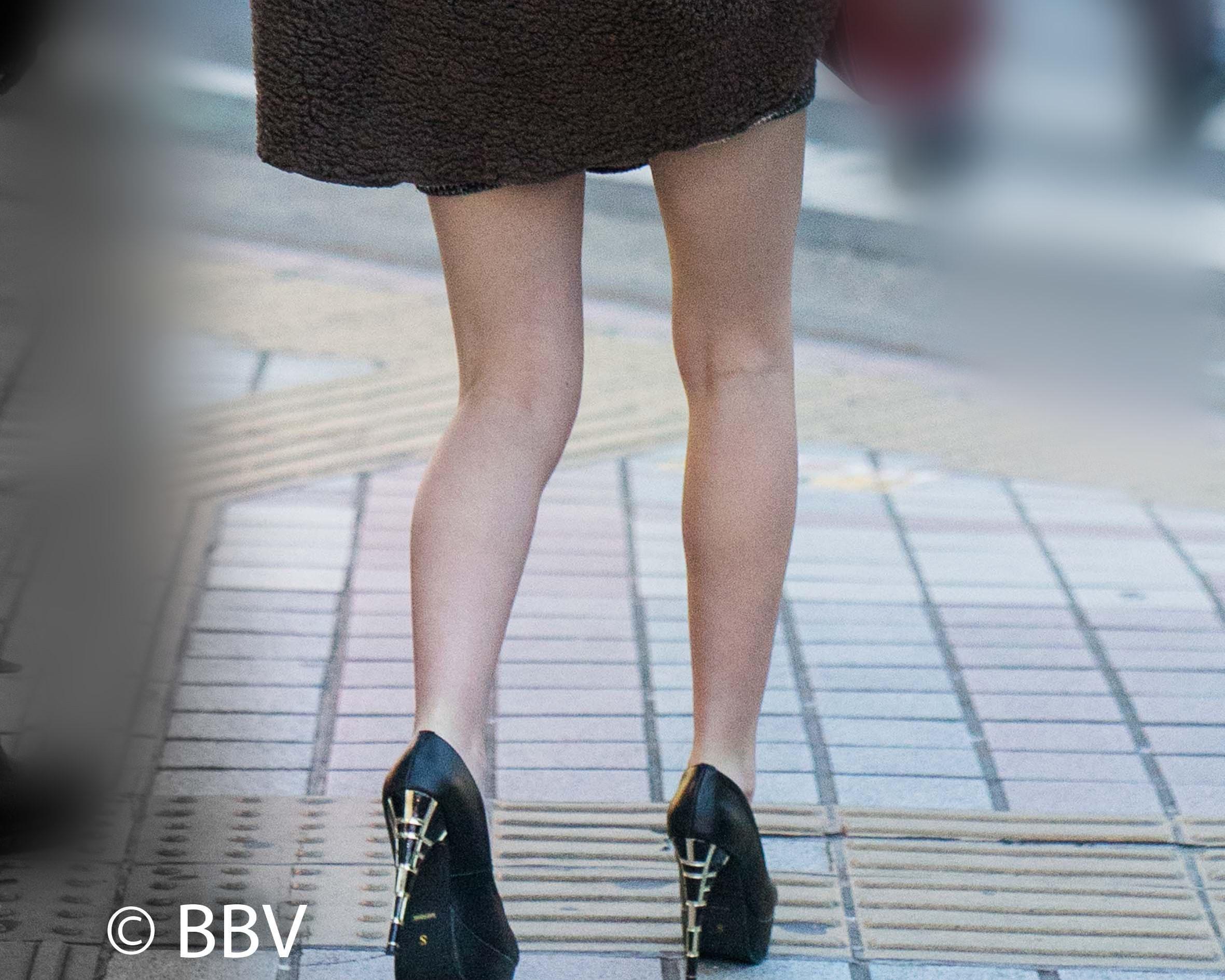 脚が細い!真冬に生足美脚をアピールしセクシーなピンヒールで街に繰り出すギャル