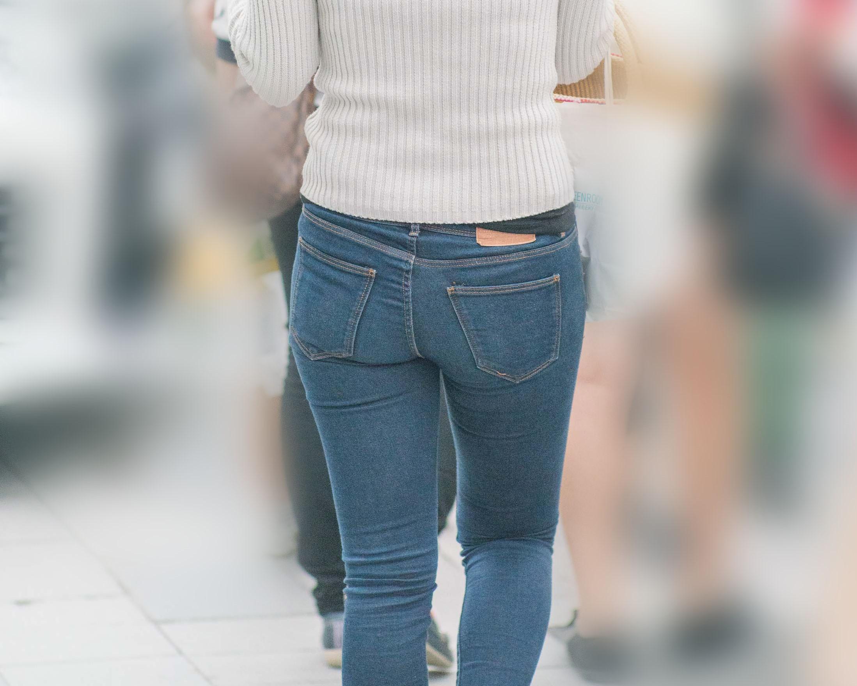大きめのプリケツ美尻をギュッとタイトデニムに収めたお姉さんが色っぽい!