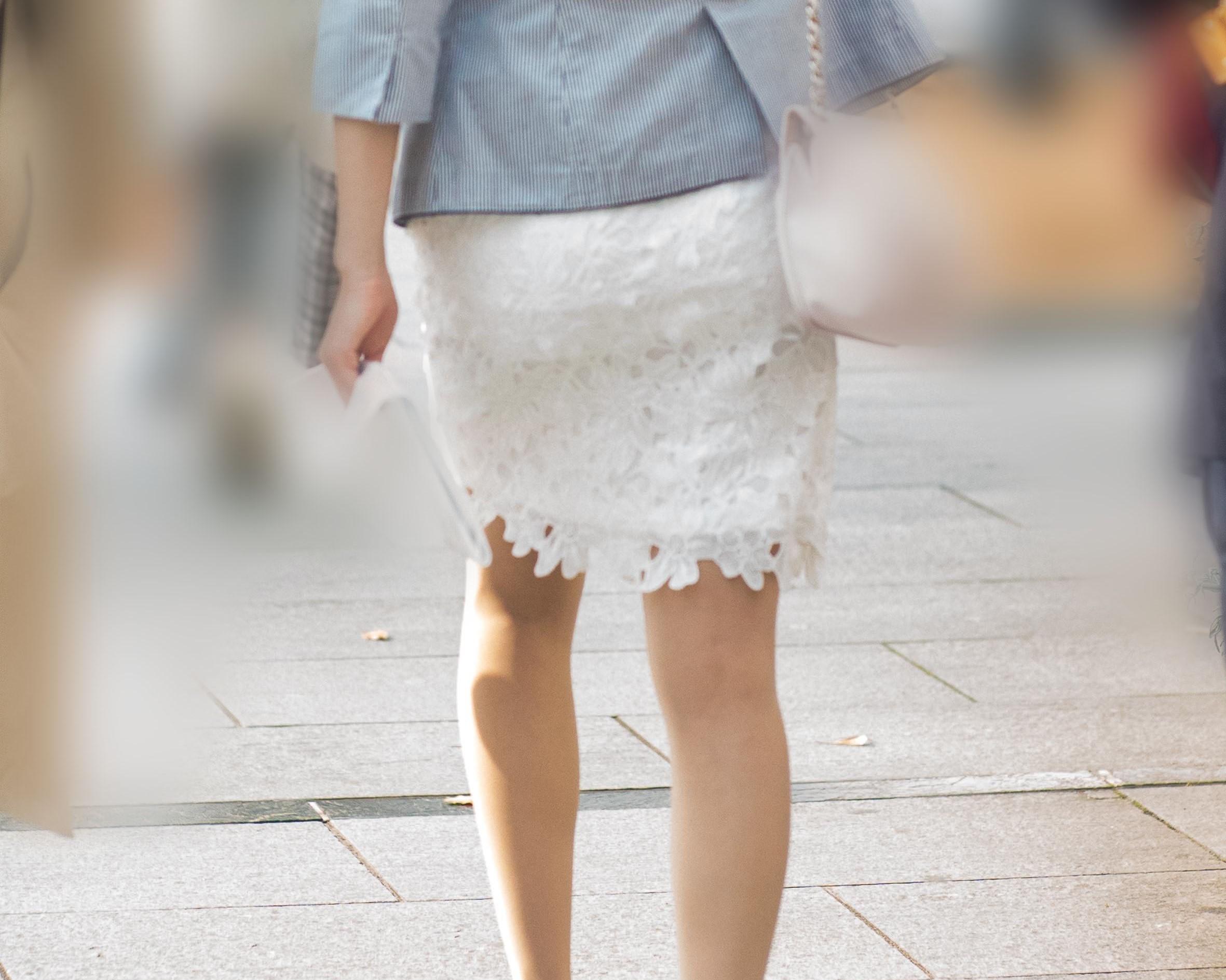 白のタイトな美尻レーススカートが美しい美脚のお嬢さん!