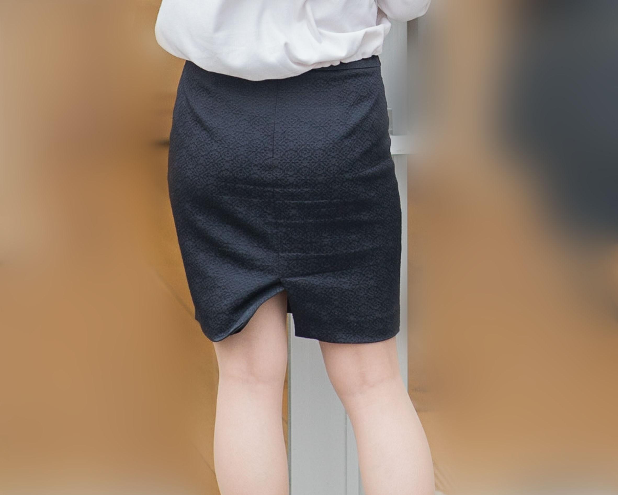 大きな美尻が可愛いタイトスカートの店員さん!