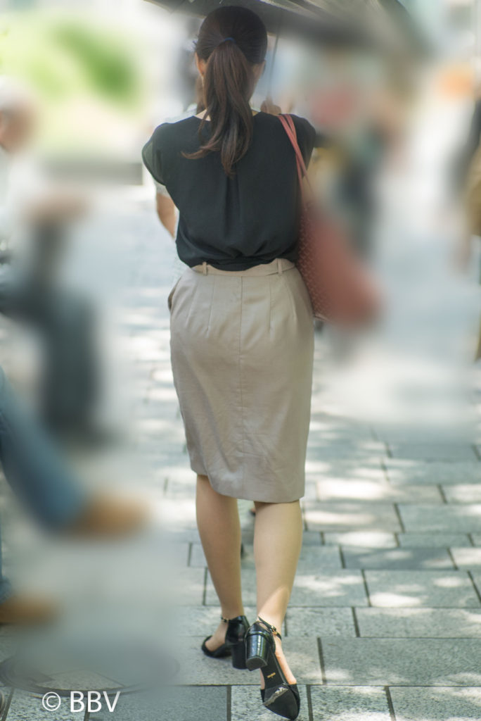 熟女 街撮り スカート 地味にエロい、ベージュのスカートに薄っすらパンティーラインの ...