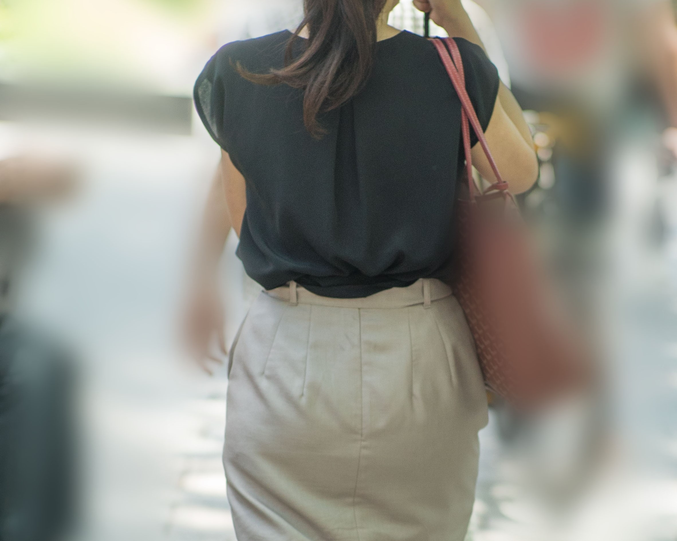 地味にエロい、ベージュのスカートに薄っすらパンティーラインの熟女さん!