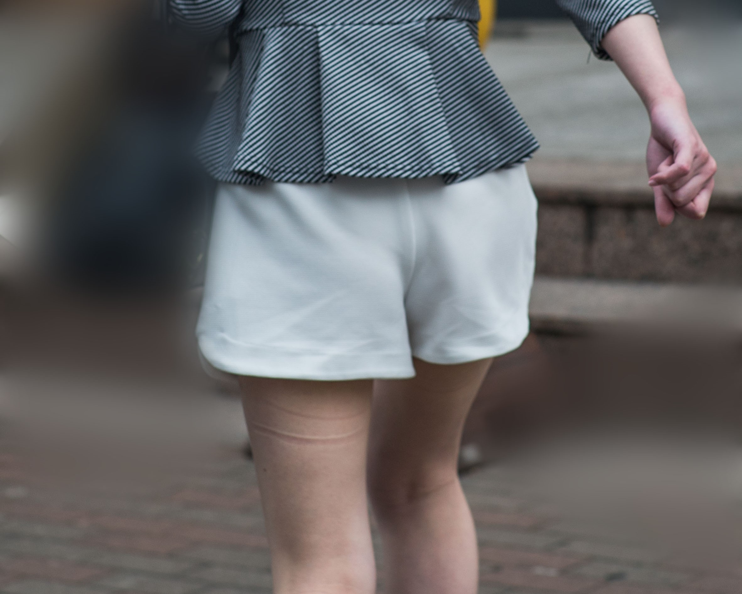 生足もエロいし、浮き出たお尻もエロい、白いショートパンツのお嬢さん!