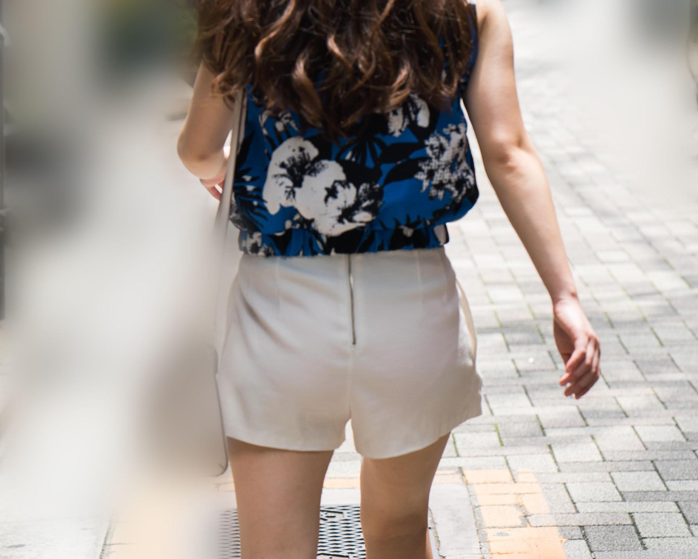 美尻の白いホットパンツでパンティーか薄っすら透けてるお姉さんだよ!