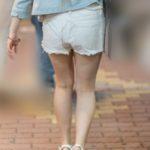 美脚レベルが高い!生足で白いホットパンツの可愛いギャル!