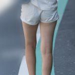 こりゃエロい!今にもお尻が見えそうなムチムチ生足のホットパンツ!