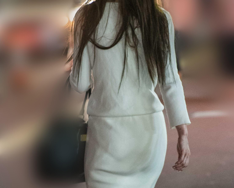 セレブ熟女の美尻!白いスーツの下は桃尻パンティライン!