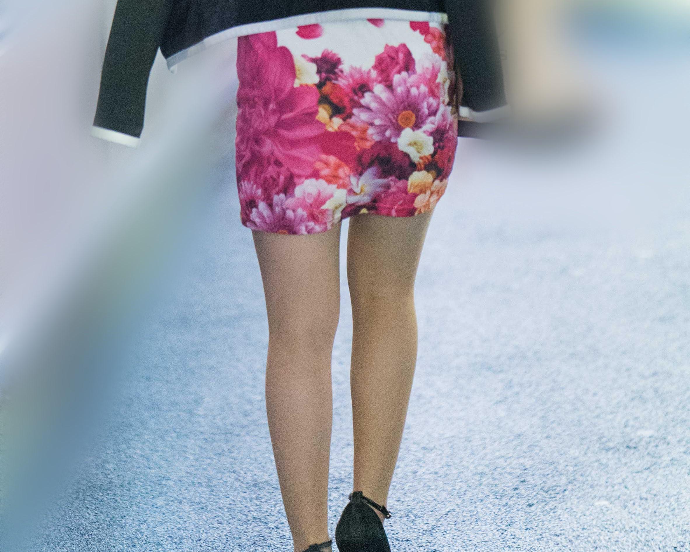 鮮やかな花柄マイクロミニから伸びる美脚が素敵なギャル!