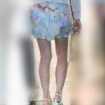 見事な美脚!長身スリムのシルエットが美しいふわふわマイクロミニのOLさん!