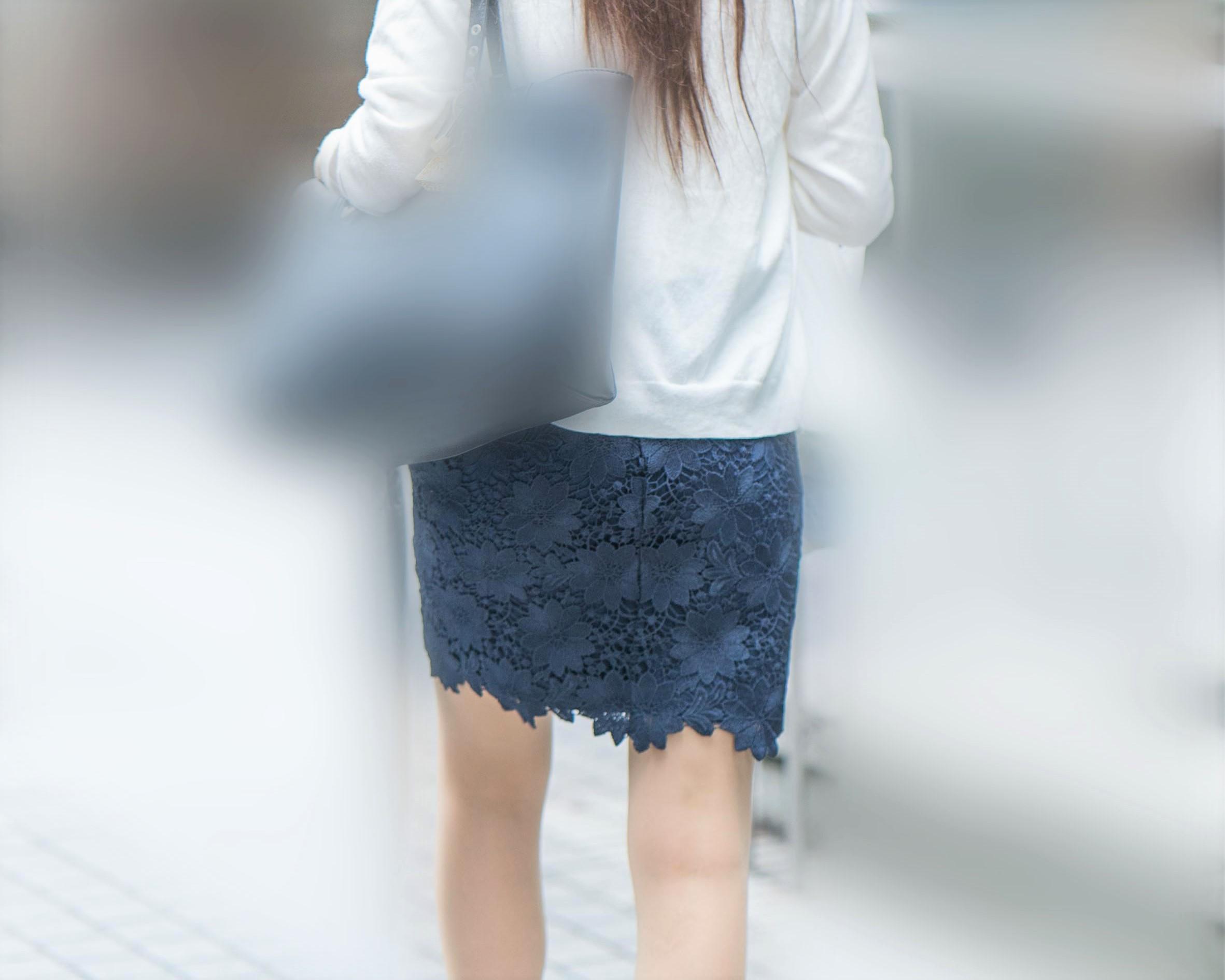 紺のタイトスカートにナチュストが素敵な小尻OLさん!