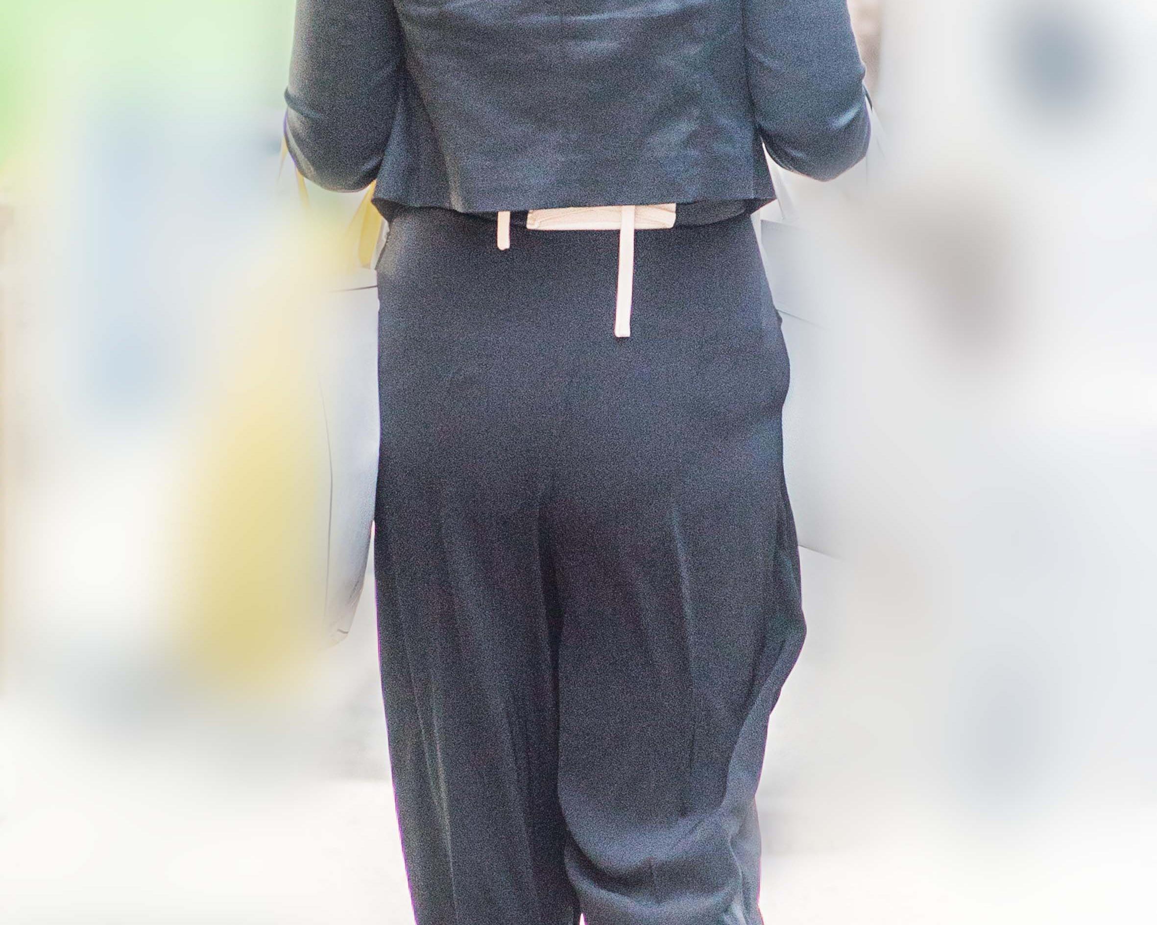 熟女の大きなお尻が左右に揺れる!パンティラインもエロいパンツスーツ!