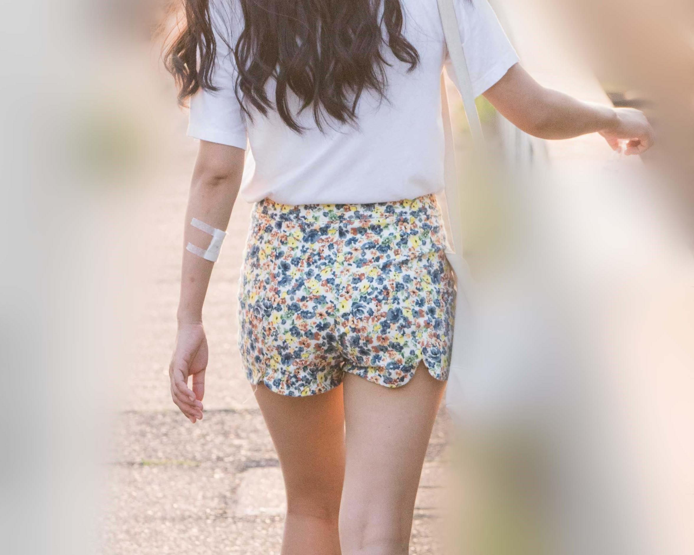 夏娘!スタイル上々!美脚生足のホットパンツがエロいお嬢さん!