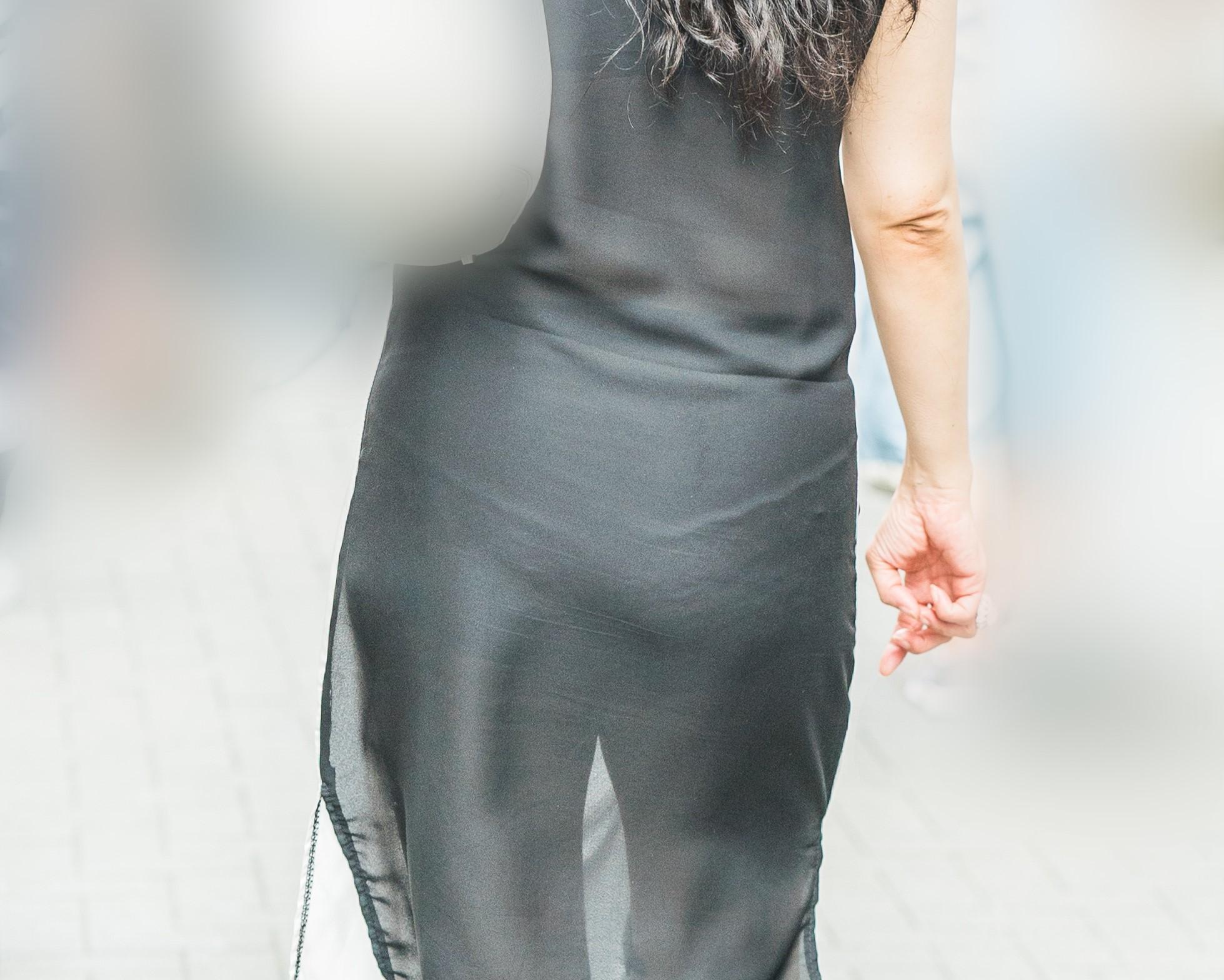 透けスカートでパンティほぼ丸見え!超絶エロい熟女のヒラヒラミニスカート!