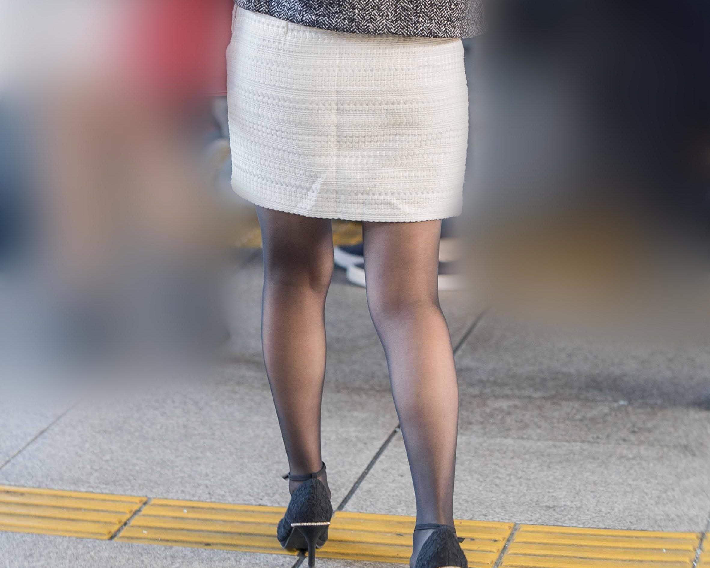 白ミニスカで目を惹く、黒スト美脚がエロいお嬢さん!