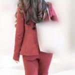 深紅のスーツが目を惹く美人お姉さんのパンツスタイル!