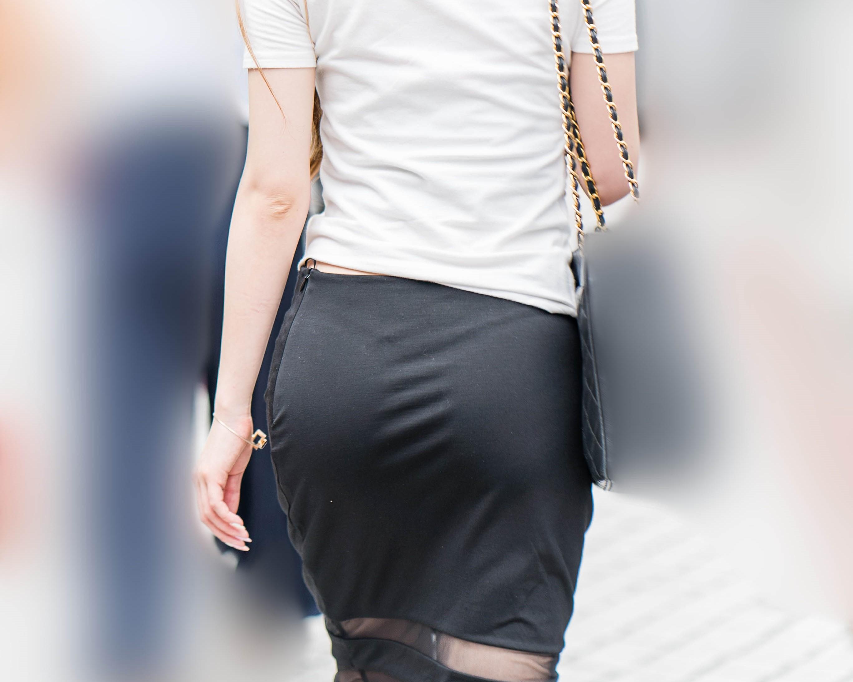 こりゃエロい!美尻にTバックを浮かべるタイトスカートのギャル!