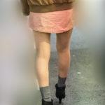 ナチュスト美脚が冬の街にまぶしい、マイクロミニのお嬢さん!