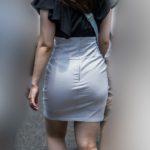 ピタピタ過ぎるタイトスカート!美尻曲線が激エロのお嬢さん!