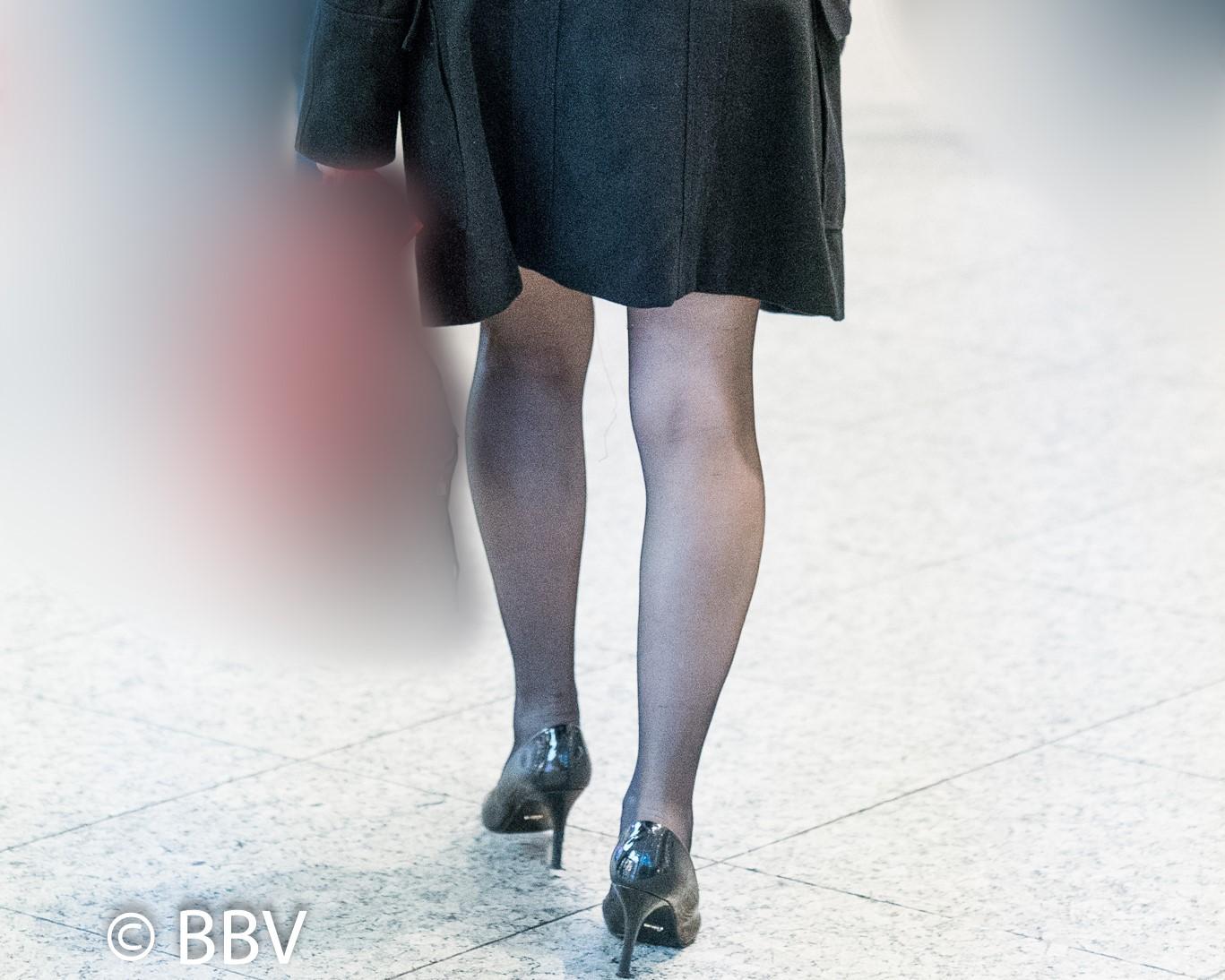 熟女の黒ストはエロい!ムッチリ美脚の色気がたまりません!