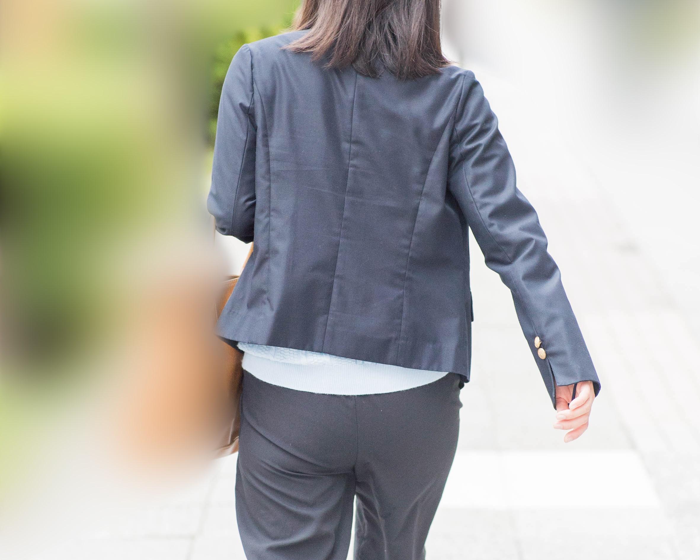 OLさんのパンツスーツ!熟女のV字パンティラインをどうぞ!