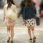 春らしい花柄のふわふわミニ!色白生足が素敵なお嬢さん二人!