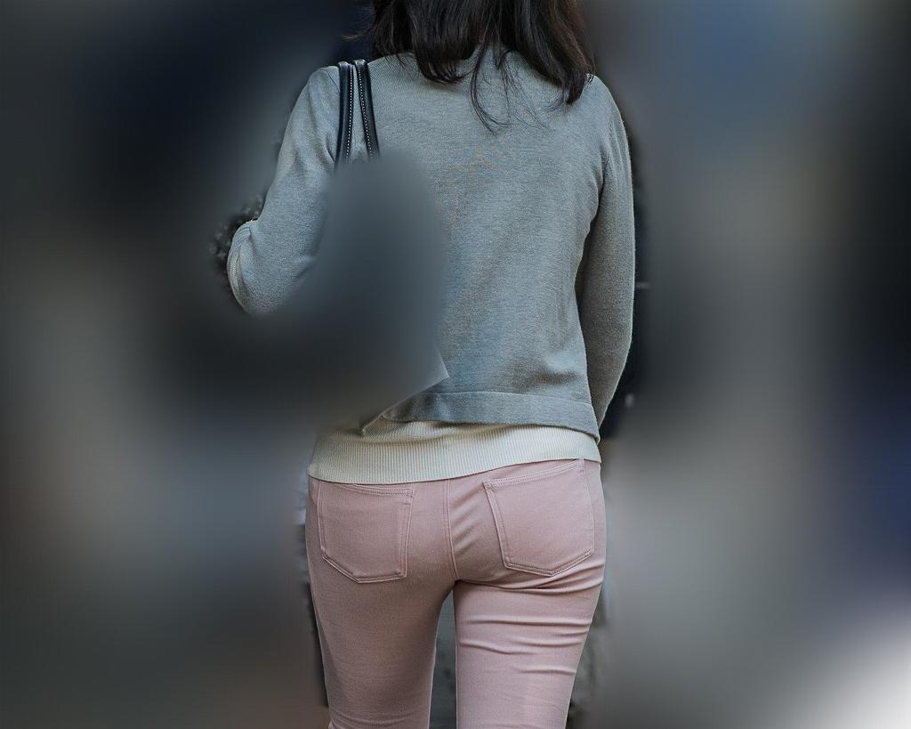 レース飾りのパンティ!が透けてるピンクデニムのプリケツお嬢さん!
