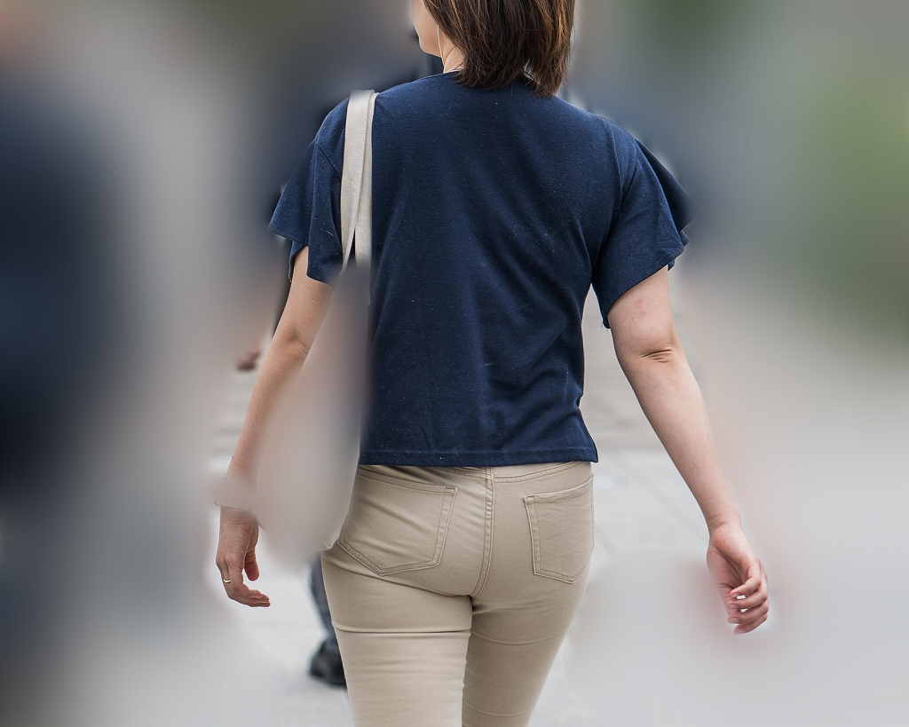 極上のデカ尻!ベーパンをプリプリにして歩く激エロ美尻の人妻!