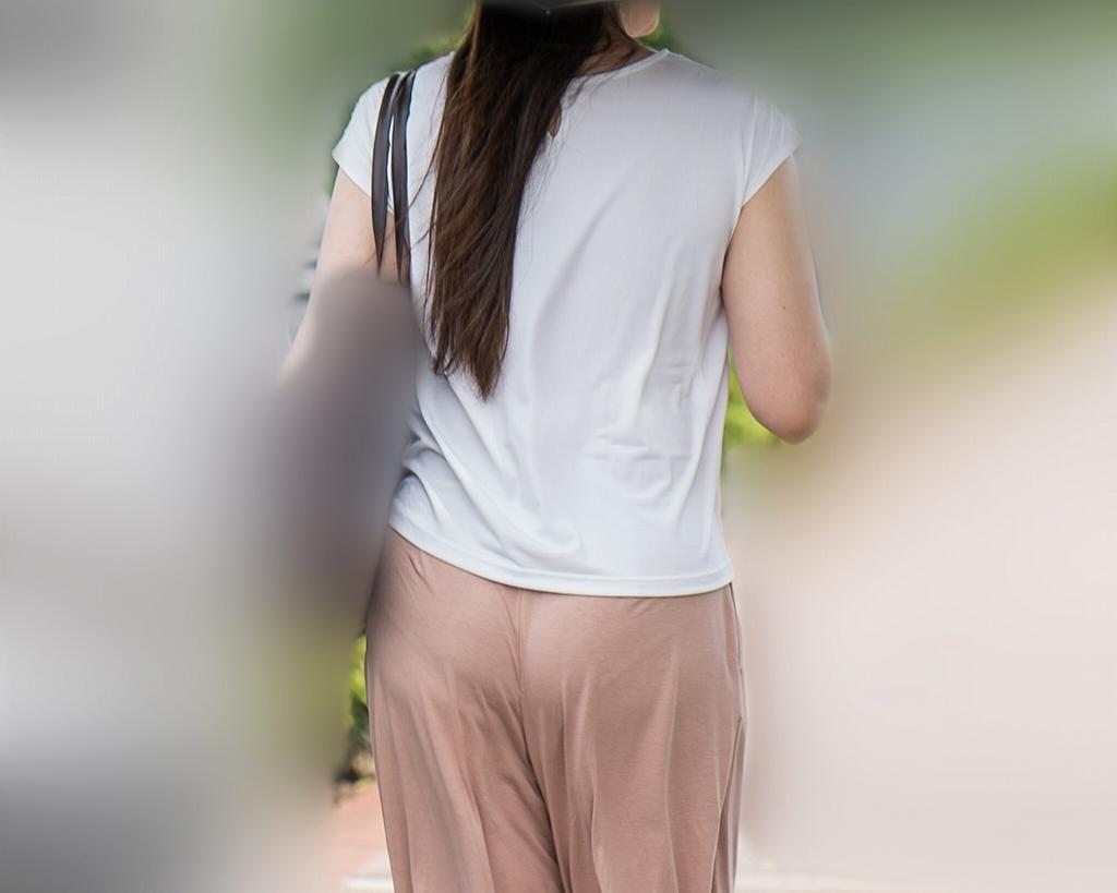 サーモンピンクのワイドパンツに浮かぶパンティラインがエロいお姉さん!