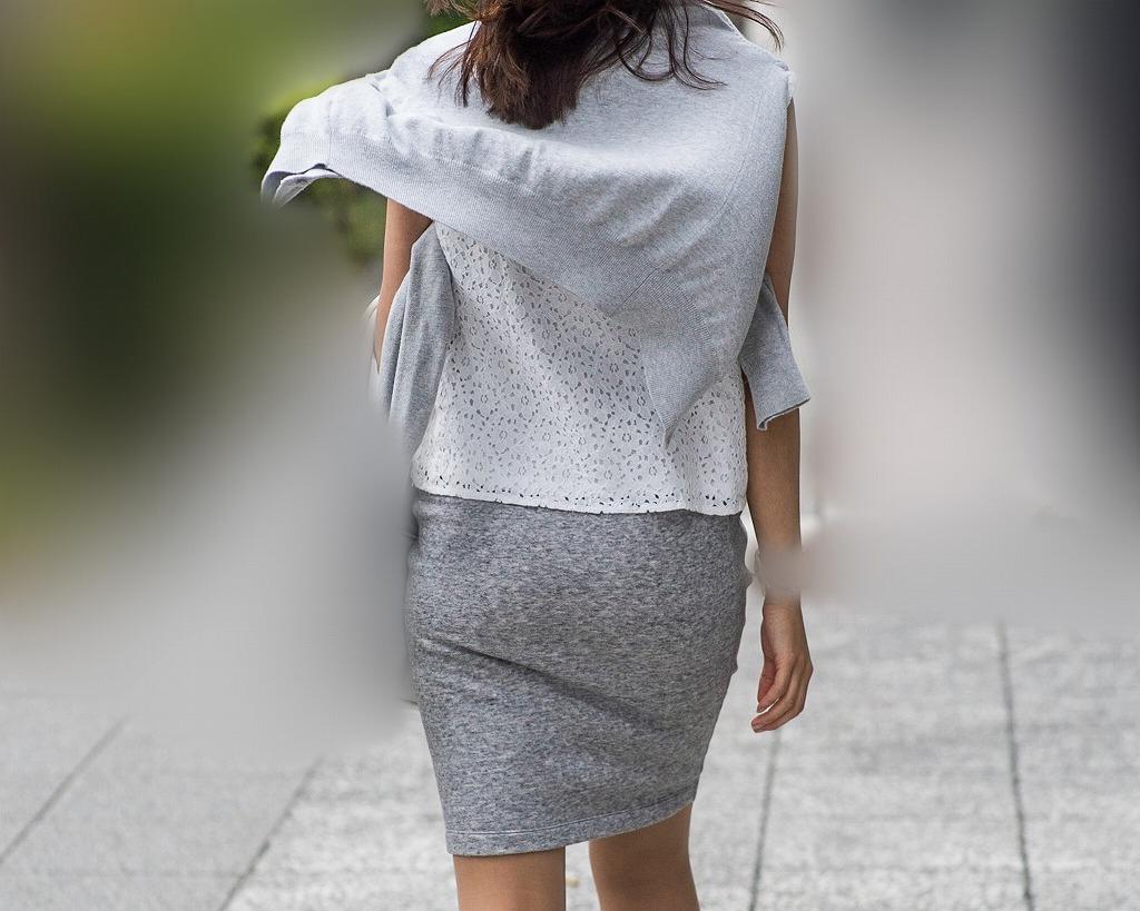 桃尻カーブがたまらない!パンティラインもいただいた熟女OLさんのタイトスカート!