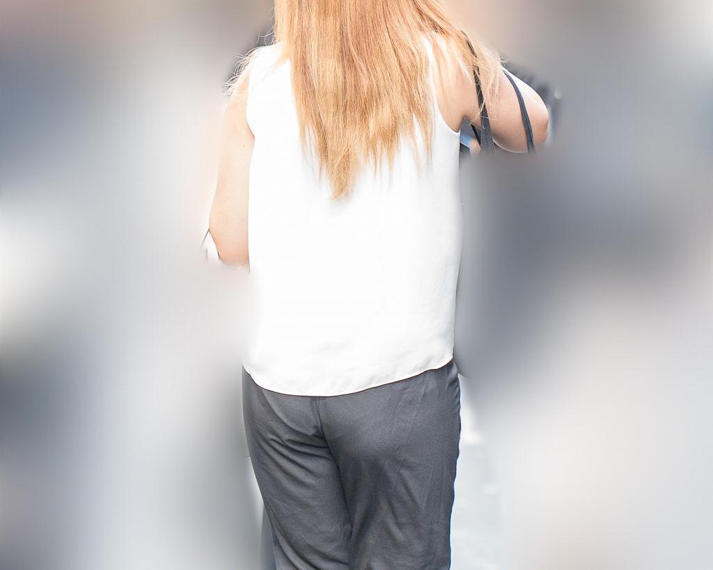フリル付きビキニのパンティラインがエロいパンツスタイルのお姉さん!