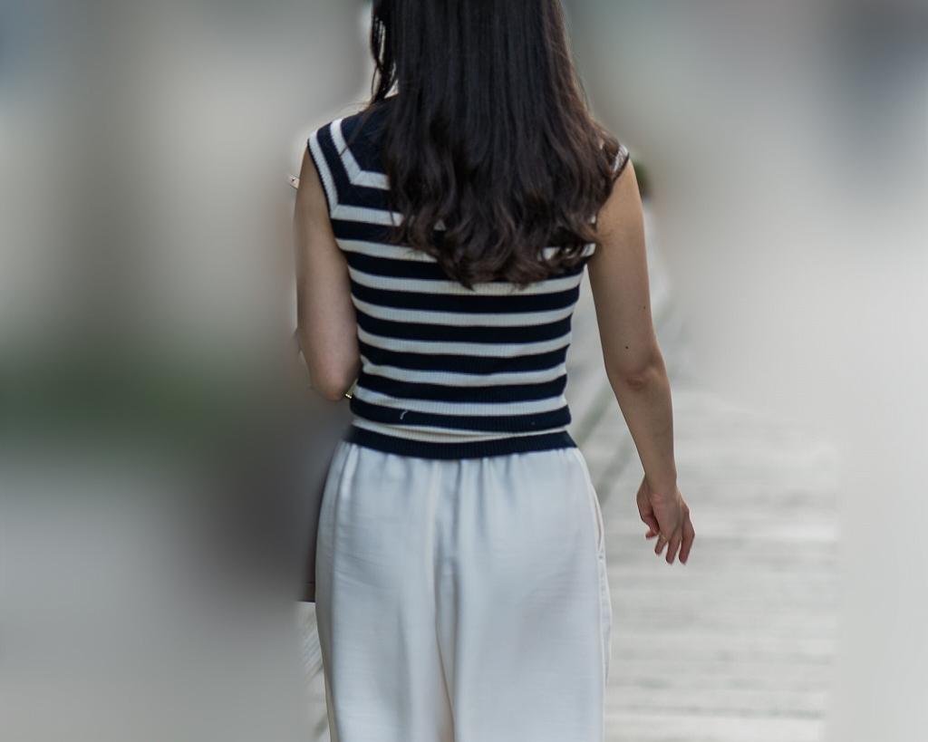 白のワイドパンツにパンティラインを浮かべてる可愛いお嬢さん!