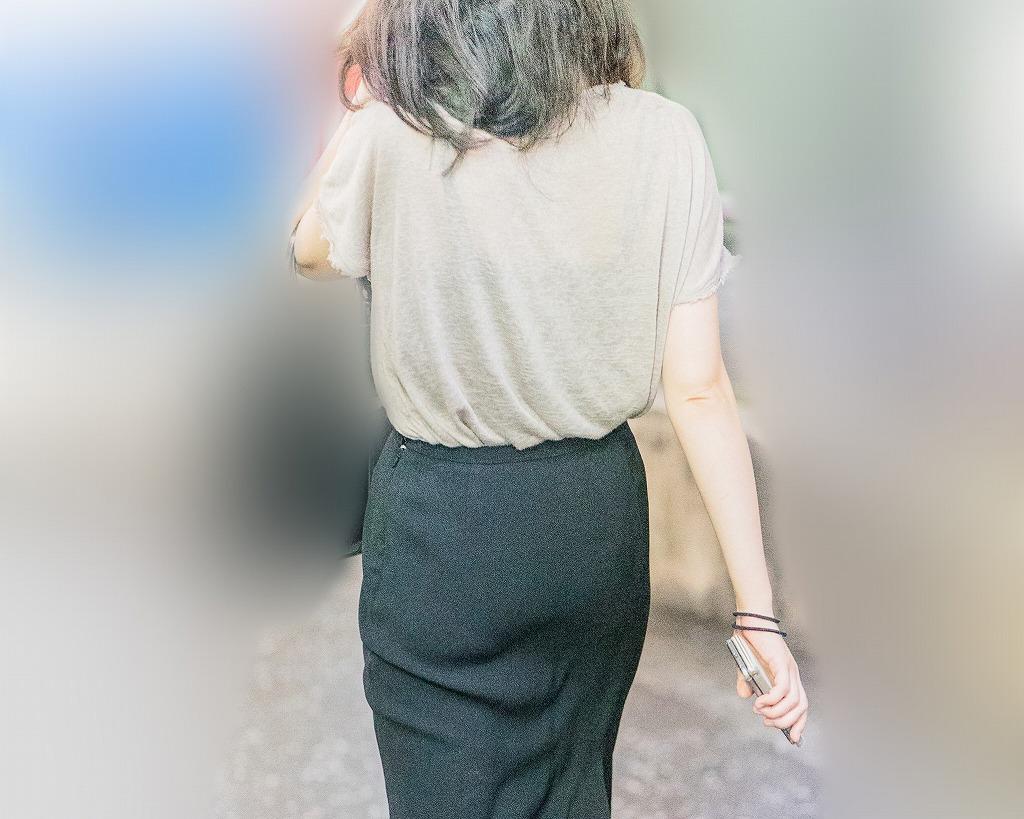 タイトなマキシスカートに浮かぶ美尻!がエロいお姉さん!