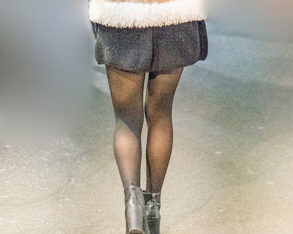 冬の美脚露出は夏よりエロい!キュロットに黒ストがエロいお嬢さん!