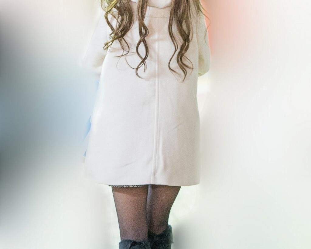 白いコートがまぶしい!黒ストブーツのマイクロミニギャル!