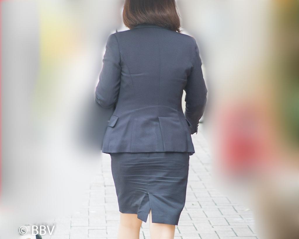 ちょい熟女のOLスーツ!がほどよくタイトでエロいです!