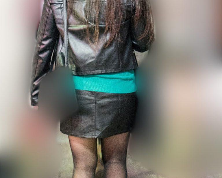 黒ストむっちり脚がエロい!レザーのミニスカお姉さん