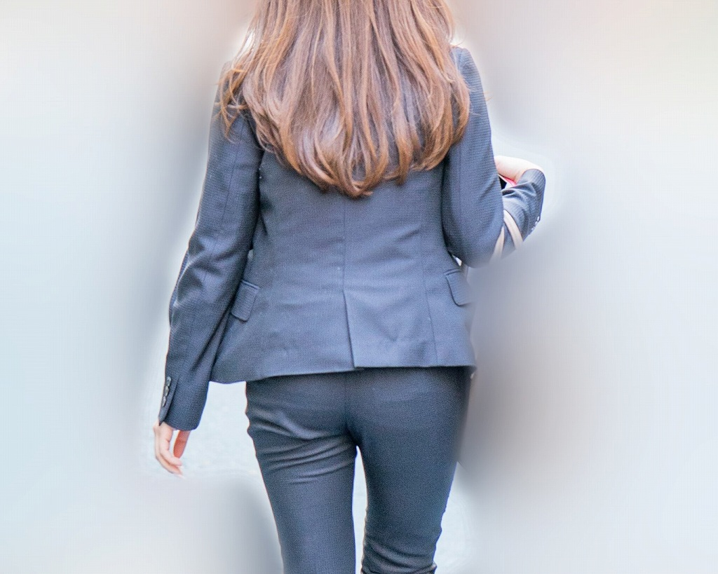 タイトなパンツスーツ!美尻がピタピタの美人OLさん!