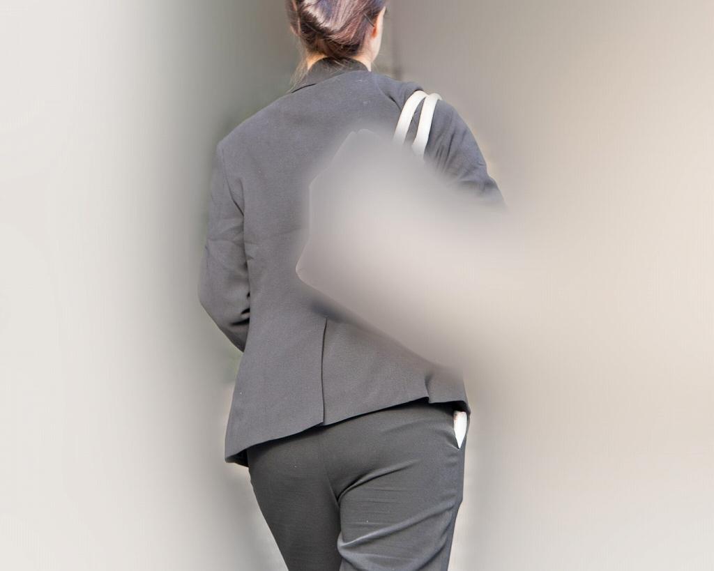 デカ尻パンツスーツ!熟れた豊満美尻がエロいOLさん!