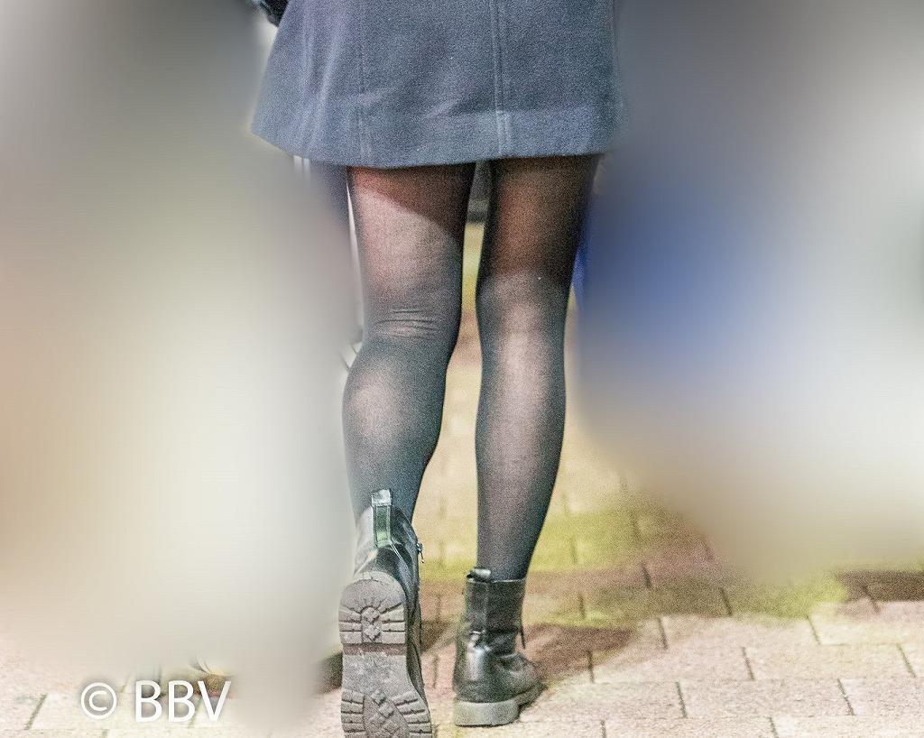 美脚の黒スト!コートからのぞくミニスカ脚がエロいお姉さん!