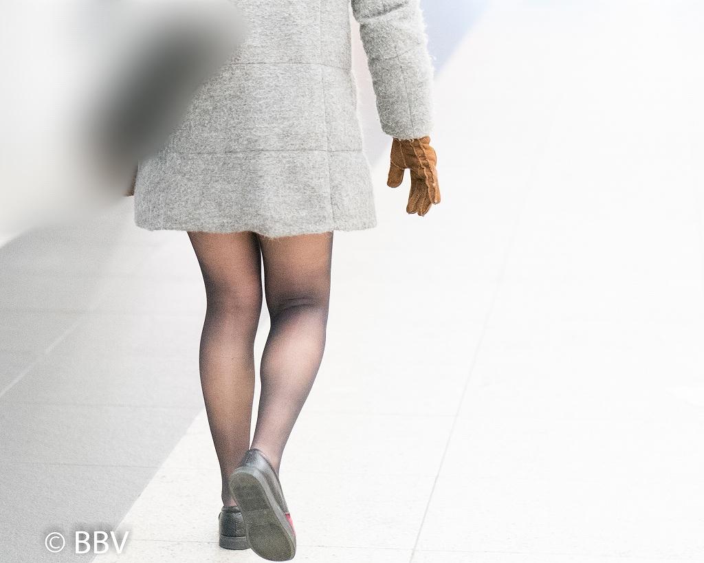 コートから伸びる美脚!黒ストがエロいミニスカお嬢さん!