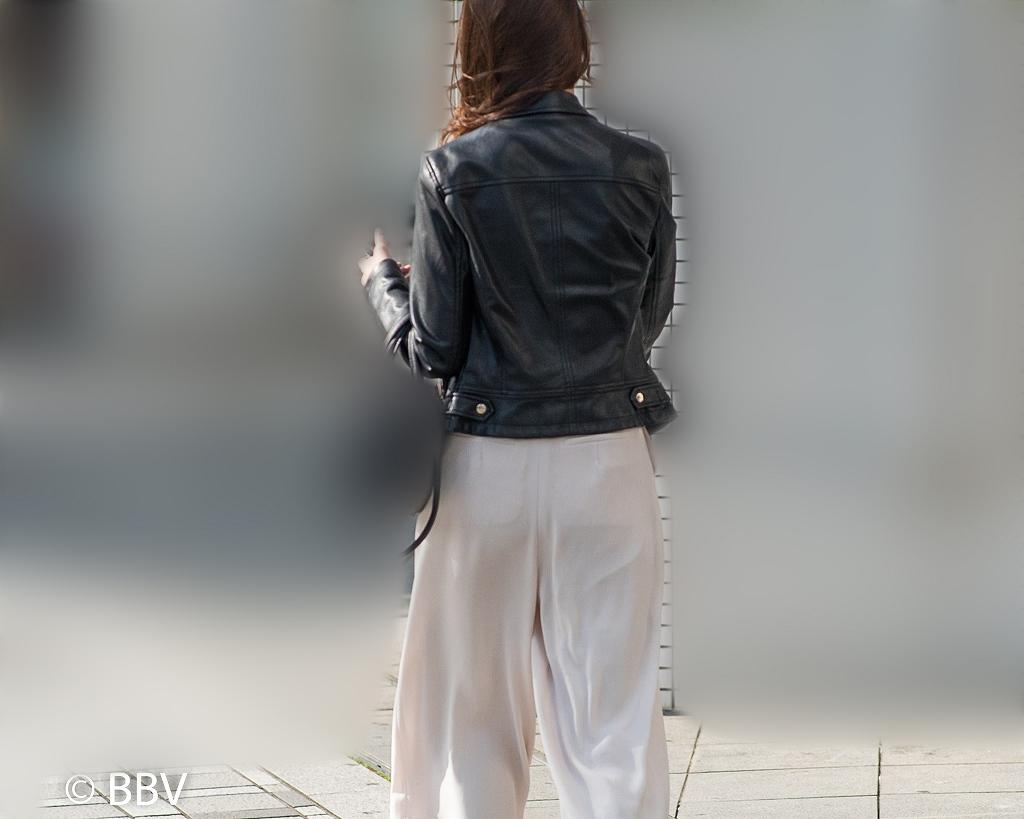 美人さんなので!白いワイドパンツのセレブチックなお姉さん!