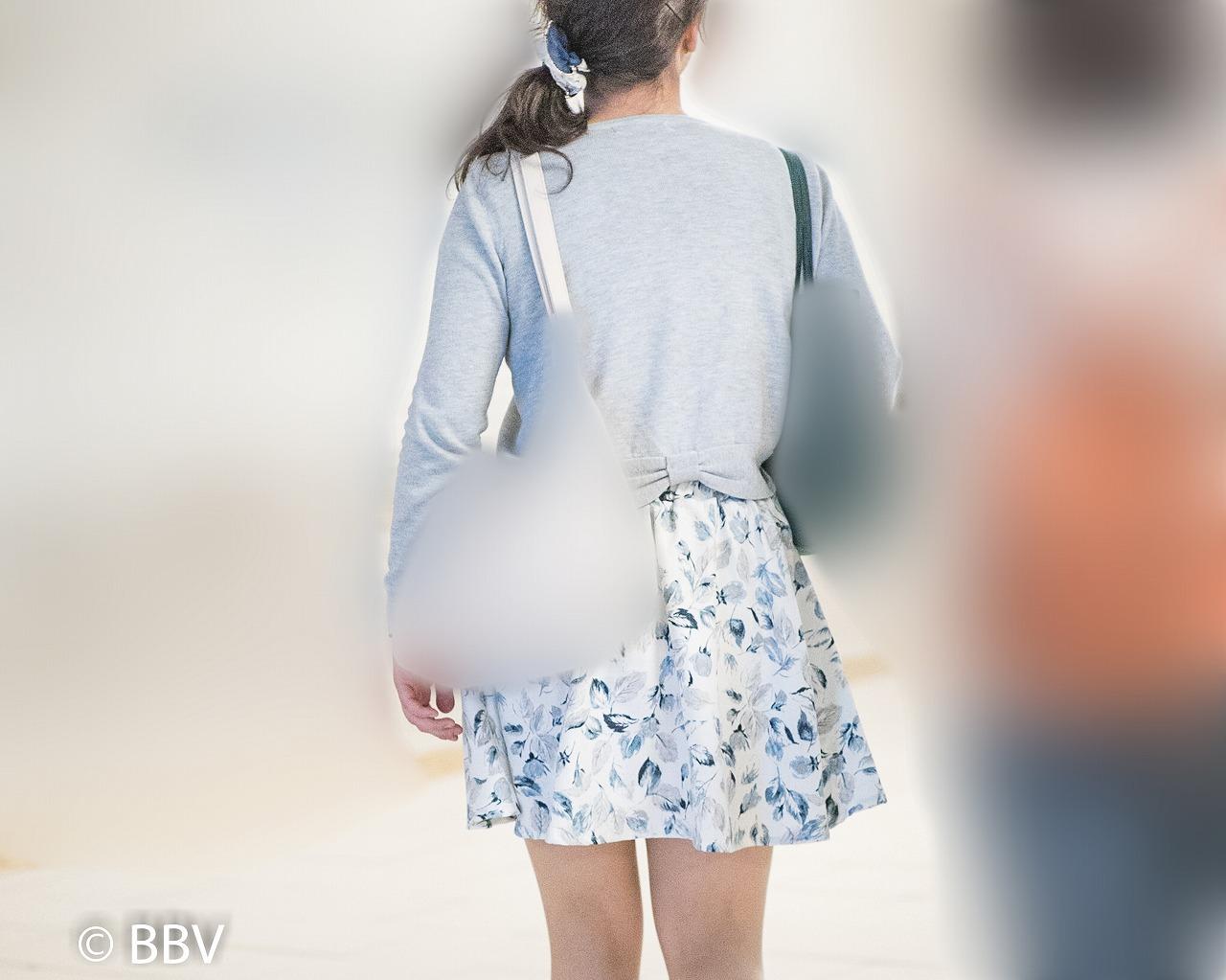 美脚が素敵!短めミニのフレアスカートがエロいお嬢さん!
