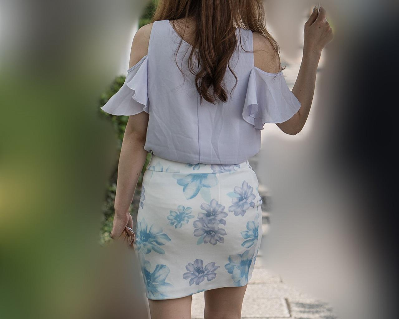 エロいファッションだなあ!美尻に美脚アピールのミニタイスカお姉さん!